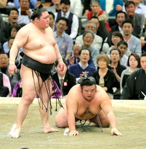 豪栄道にはたき込みで敗れた貴景勝(右)は、土俵に手をつき悔しそうな表情を見せた(カメラ・石田 順平)