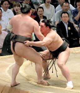 2012年7月22日、大相撲名古屋場所千秋楽で日馬富士(右)は寄り切りで白鵬を下し、全勝優勝を決めた