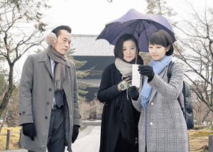 「未解決の女」に出演する(左から)遠藤憲一、鈴木、波瑠
