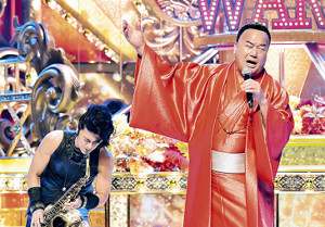 「演歌の乱」の収録で、小柳ゆきの「愛情」を熱唱する細川たかし(右)と、サックスでサポートした武田真治