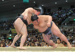 豪栄道(左)のはたきこみで4敗目を喫した貴景勝(カメラ・能登谷 博明)