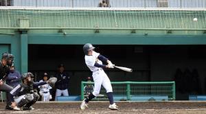 4回2死二塁で適時二塁打を放った福知山・内藤。待望の追加点を挙げた