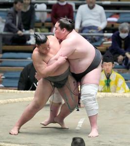 佐田剛(左)を押し倒しで下した照ノ富士
