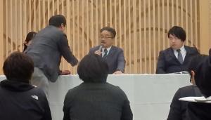 調査報告会見中、山口真帆のツイッターを記者から見せられるAKS・松村匠氏(中)