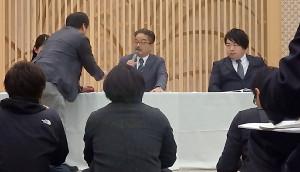 調査報告会見中、山口真帆のツイッターを記者から見せられるAKS・松村匠氏