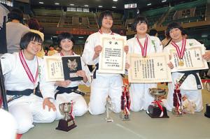 女子団体で初優勝した富士学苑の(左から)小斉、平野、黒田、瀬戸、藤城
