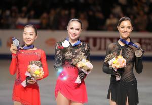 メダルを手に笑顔を見せる(左から)トゥルシンバエワ、ザギトワ、メドベージェワ
