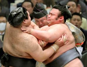 高安(左)を激しく突き、押し出しで破った貴景勝(カメラ・石田 順平)