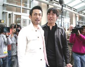 2006年3月、「ワールド・ベースボール・クラシック(WBC)」の初代王者に輝いた日本代表のイチロー外野手(左、マリナーズ)が上原浩治投手(右、巨人)と談笑。世界一決定から一夜明け、宿舎となった米カリフォルニア州・サンディエゴ市内のホテルで帰国前の記者会見に臨んだ
