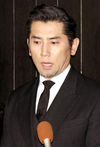 22日、内田裕也さんの密葬を終え、取材陣の質問に答えた本木雅弘