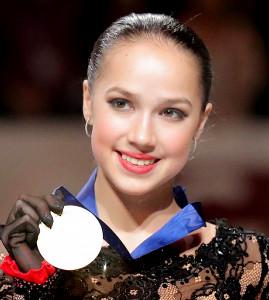 メダルを手に笑顔を見せるザギトワ