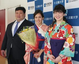 近大の卒業式を終え、笑顔で写真におさまる(右から)空手道部の斉藤綾夏、水上競技部の一ノ瀬メイ、相撲部の元林健治