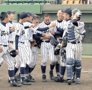 3回戦で宿敵を倒し、感極まって涙するエースの松井(中央)を翔洋ナインが笑顔で取り囲む