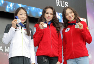 フリーの結果のみで表彰されるスモールメダルセレモニーが行われ、笑顔を見せる(左から)紀平、ザギトワ、メドベージェワ