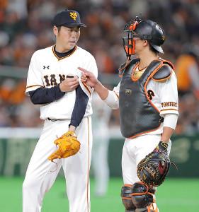4回、マウンドに上がった上原浩治と会話する小林誠司(右)