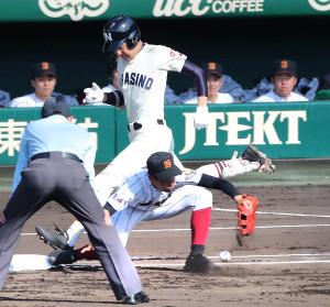 1回1死三塁、習志野・和田の打球を日章学園の投手・石嶋が悪送球、一、三塁のピンチを招く