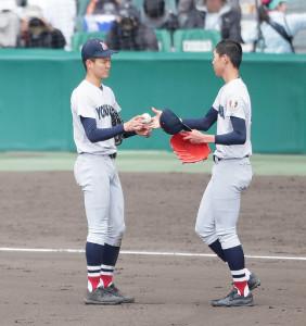 3回途中までに5失点し、松本隆之介(右)と投手交代をする横浜・及川雅貴