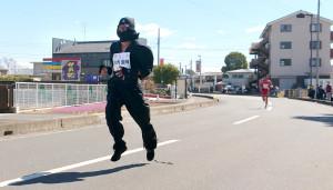 地元で公務員ラストレースに臨んだ川内は今大会恒例の仮装で参加。黒忍者姿で力走した