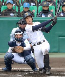 1回無死、左越えに先制のソロ本塁打を放つ札幌大谷・北本壮一朗
