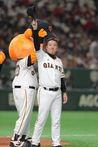オープン戦最終戦を勝利で締め、ファンに手を振る原辰徳監督(カメラ・橋口 真)