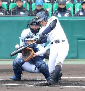 1回無死、左越えに先制のソロ本塁打を放つ札幌大谷・北本
