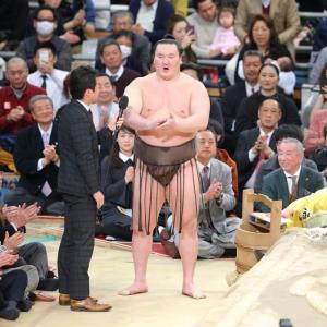 右腕を負傷した白鵬は万歳三唱でなく三本締めでインタビューを終えた(カメラ・朝田 秀司)
