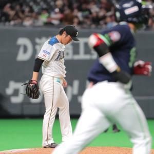 8回1死二、三塁、村上宗隆に右翼席へ逆転3ラン本塁打を打たれた藤岡貴裕(奥)