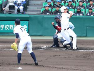 初回2死三塁、空振り三振に倒れる米子東・福島悠