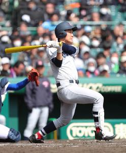 7回無死、右越えソロ本塁打を放つ横浜・吉原大稀