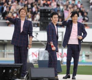 閉会式後のライブで熱唱した(左から)香取慎吾、草ナギ剛、稲垣吾郎