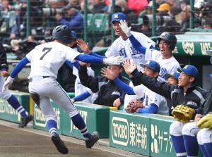 3回1死一塁、明豊・野辺優汰の左越え二塁打を横浜・冨田進悟が失策の間に生還した同点の走者・布施心海(7)とハイタッチをする明豊ナイン