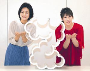 「ZIP!」ポーズを披露する吉田沙保里さん(右)と徳島えりかアナウンサー