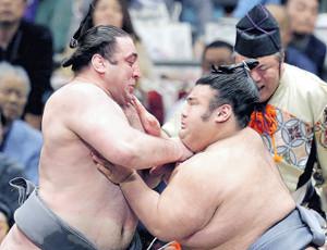 貴景勝(右)に押し出しで敗れ、負け越しとなった栃ノ心
