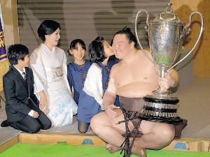 通算42度目の優勝で子供たちから祝福のキスを受け笑顔の白鵬(右)(左から長男・真羽人くん、紗代子夫人、長女・愛美羽ちゃん、次女・美羽紗ちゃん=カメラ・能登谷 博明)