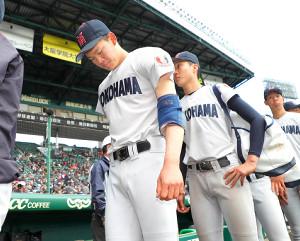 明豊に敗れ、肩を落とす横浜・及川(左)