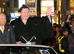 右手を挙げずファンの声援に応える白鵬(カメラ・朝田 秀司)