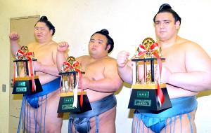 三賞を受賞した(左から)殊勲賞・逸ノ城、技能賞・貴景勝、敢闘賞・碧山(カメラ・能登谷 博明)