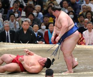 大栄翔(左)を叩き込みで破った逸ノ城(カメラ・朝田 秀司)