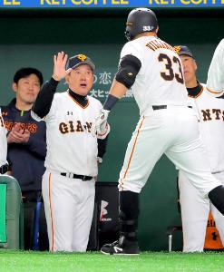 4回1死一塁、2ランを放ったビヤヌエバ〈33〉を迎える原監督(カメラ・清水 武)