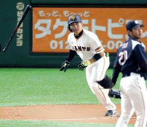 7回2死、左中間にオープン戦1号となるソロ本塁打を放つ丸(投手は東條=カメラ・中島 傑)