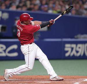 2回1死満塁、オコエ瑠偉が左翼線に先制となる2点適時二塁打を放つ