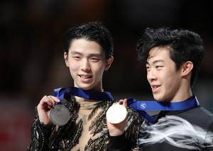 メダルを獲得し、笑顔を見せる羽生結弦(左)とネーサン・チェン