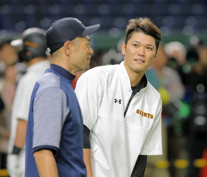 18日のプレシーズンゲーム前、イチロー(左)の前で恐縮しまくりの坂本勇人