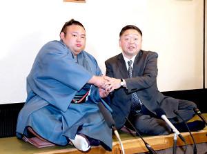 大関昇進を確実とし、一夜明け会見で千賀ノ浦親方(右)と握手を交わす貴景勝(左)(カメラ・渡辺 了文)