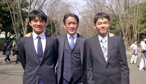 箱根駅伝初優勝を飾った東海大の両角速監督(中)は湊谷春紀主将(左)、湯沢舜(右)の卒業を心から祝福した