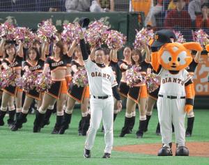 東京ドームの観衆の声援に応える巨人・原監督