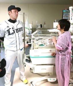 新生児とその家族を激励した増田