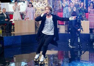 ローラースケートを履いて歌う諸星和己(C)テレビ東京