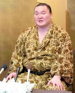 大相撲春場所の優勝から一夜明け、記者会見で痛めた右腕を上げてみせる白鵬