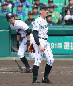 延長11回1死一、二塁、龍谷大平安・奥村真大(左)に適時二塁打を浴びる津田学園・前佑囲斗
